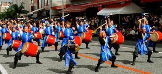 国際通りで開かれた「市民演芸・民俗伝統芸能パレード」を見ようと沿道には大勢の観客が詰め掛けた=8日、那覇市・牧志