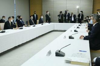 首相官邸で開かれた福島、宮城両県で震度6強を観測した地震の関係閣僚会議=26日午前