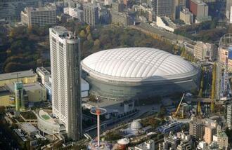 東京ドームと東京ドームホテル=2011年、東京都文京区