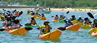 新基地建設に抗議するため、カヌー43艇が一斉に海に繰り出した=4日午後2時8分、名護市辺野古の米軍キャンプ・シュワブ沖(田嶋正雄撮影)