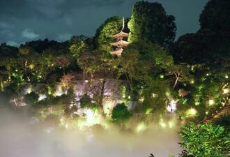 三重塔が浮かび上がって見える=東京都文京区のホテル椿山荘東京