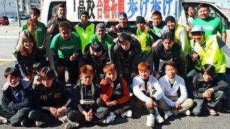 約50キロを踏破した、中学生とボランティアグループ「ホーム」のメンバーら=北谷町桑江
