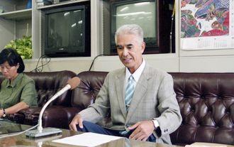 沖縄県知事選出馬表明で記者会見する又吉光雄氏=2002年10月1日