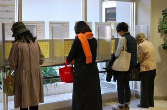 投票所で投票する有権者ら=14日、那覇市役所
