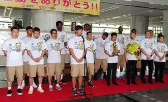 集まったファンに優勝報告をする琉球ゴールデンキングスの金城茂之主将=26日午後、県庁県民ホール