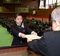 昭和薬科大付属高校で卒業式 205人巣立つ