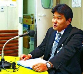 RBCiラジオ「シャキッとi」に出演する県警広報相談課の平良国広さん