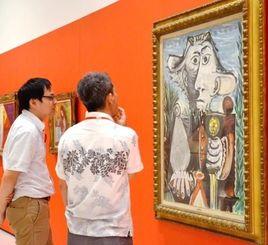 ピカソの絵画に見入る展示会関係者=那覇市の県立博物館・美術館