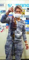 東村海岸で1.2キロのクブシミを釣った親泊匠さん=14日