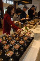 名護の食材を生かしたオリジナルメニューが並ぶ名護の特産品フェア=24日、名護市・ザ・ブセナテラス