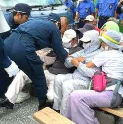 キャンプ・シュワブゲート前で強制排除される市民(資料写真、6月撮影)
