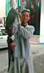 6日、崎本部の海岸で5.6キロのクブシミを釣った具志堅竜也さん。前日の名護漁港北側海岸に続いての釣果