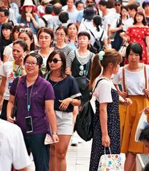 外国人を含む多くの観光客でにぎわう那覇市の国際通り=2017年9月