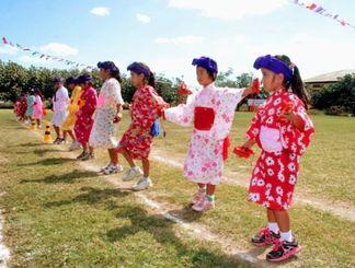 強い日差しが照りつける中、グラウンドいっぱいに踊りを披露した第一日ボ校の子どもたち