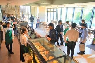 地域を象徴し、地域文化を発信する店舗として位置付けられたスターバックスコーヒー沖縄本部町店=20日、本部町山川