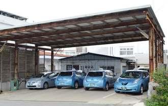 昼すぎにタクシーで埋まる伊江島交通の車庫=8日正午すぎ、伊江村東江前