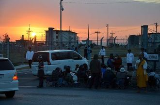 日の出前から抗議集会を始める座り込みの住民ら=26日午前7時15分ごろ、名護市のキャンプ・シュワブゲート前