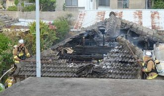 民家の消火活動に当たる消防隊員ら=26日午前7時20分ごろ、読谷村喜名