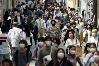 大阪・心斎橋を行き交うマスク姿の人たち=11日午後2時11分