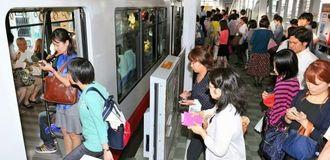 帰宅時間になり、利用客で混み合うモノレールのホーム=7日午後5時43分、那覇市・県庁前駅