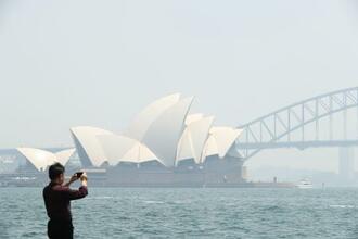 19日、森林火災の影響で煙霧に覆われたオーストラリア・シドニー(ゲッティ=共同)