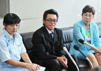 松島来生君が順調に回復していることを報告する父良道さん(中央)と「らい君を救う会」共同代表の當山みゆきさん(左)と役員の屋比久里美さん=31日午後、県庁