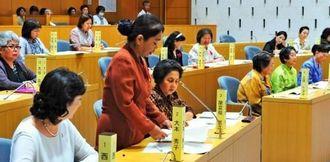 15年ぶりに開催された糸満市女性模擬市議会=糸満市議会本会議場