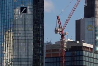 ドイツ銀行(左)とコメルツ銀行の本社=3月、ドイツ・フランクフルト(ロイター=共同)