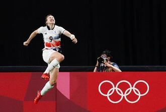 日本―英国 後半、先制ゴールを決め跳び上がって喜ぶ英国・ホワイト=札幌ドーム