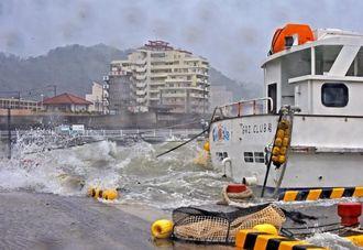 高潮 満潮時間と重なり、海水が港内にあふれ出した=午前9時、名護漁港