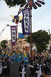 綱引き前のガーエーで躍る旗頭。1カ月前から週2日、2時間ずつ練習を重ねた糸満市西崎の会社員、西浜門悠也さん26は「故郷の行事を盛り上げることができてうれしい」とやりきった表情だった
