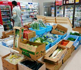 久しぶりに店頭に生鮮野菜が並んだJAおきなわ北大東支店の店内=18日、北大東村中野