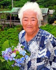 アジサイを育て続け、地域から「アジサイばあちゃん」と親しまれた饒平名ウトさん=2010年、本部町伊豆味・「よへなあじさい園」