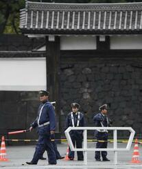皇居・桜田門前で警戒に当たる警察官=22日午前7時41分、東京都千代田区