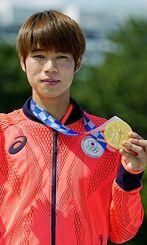 男子ストリートで優勝し、金メダルを手にする堀米雄斗=有明アーバンスポーツパーク
