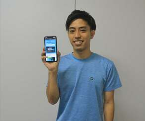 沖釣りマッチングサービス「noriai」をPRするスイベルの大城仁代表=4月30日、沖縄タイムス社