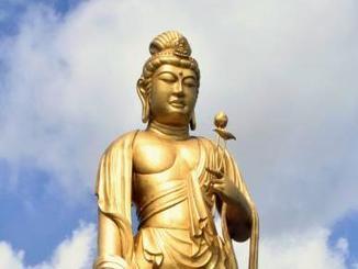 東南植物楽園に建立された高さ25メートルの菩薩像