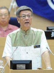 県知事選への出馬を表明する翁長雄志那覇市長=10日午前10時すぎ、那覇市議会