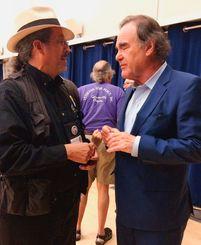 ベテランズ・フォー・ピースの総会で琉球沖縄国際支部のエド・サンチェスさんを激励するオリバー・ストーン監督(右)=米カリフォルニア大学バークレー校띱띱