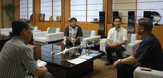 翁長雄志知事(右端)を訪問するJTAの丸川潔社長(右から2人目)とRACの伊礼恭社長(左端)=14日、県庁