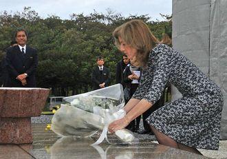 国立沖縄戦没者墓苑で献花するキャロライン・ケネディ駐日米大使=2014年2月12日、糸満市