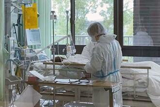 新型コロナウイルスの重症患者に対応する看護師=2020年12月、大阪府大阪狭山市の近畿大病院(同病院提供)