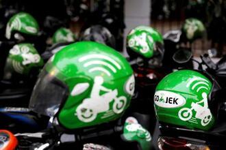 インドネシアの配車・配送大手ゴジェックの運転手用ヘルメット=2018年10月、ジャカルタ(ロイター=共同)