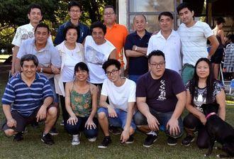 (後列左から)宮田健次さん、小沢英文さん、吉本淳さんと東村人会、研修生のメンバーら