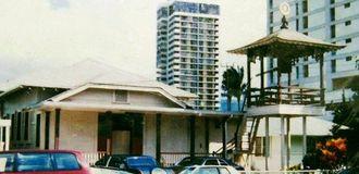 オアフ島にあったマカレー東本願寺。右手に鐘楼が見える=1991年撮影(親族提供)
