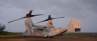 奄美空港へ緊急着陸後、ローターを再び回し始めたMV22オスプレイ=14日午後7時ごろ、鹿児島県奄美市笠利町(南海日日新聞社提供)