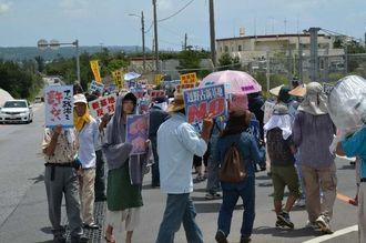 工事関係車両がシュワブ内に入ったことに抗議する市民ら=10日午前11時30分、名護市辺野古・米軍・キャンプ・シュワブゲート前