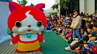 子どもたちと交流する人気アニメ妖怪ウォッチの「ジバニャン」=2日、那覇市久茂地