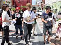 「WE ♥ NAMIE」イベント 記念うちわを配布 那覇市2カ所で