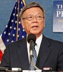 記者会見で訪米活動を振り返る翁長雄志知事=3日夜、ワシントンのナショナルプレスセンター